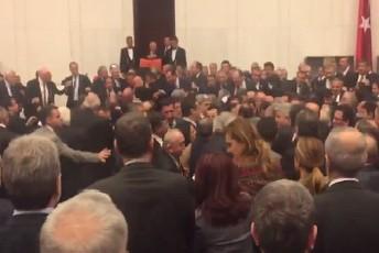 Турските пратеници разменија тупаници   дали Ердоган ќе владее до 2029