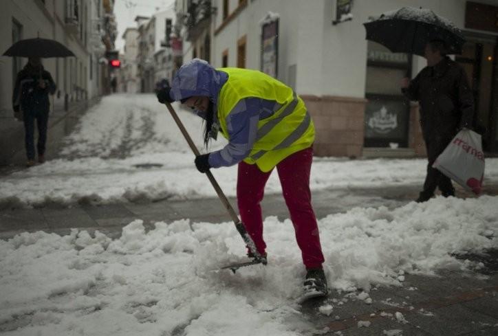 Им падна снег по 90 години и ги затворија училиштата