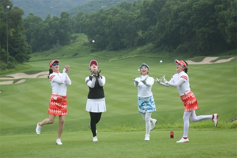 Кина против скапото хоби на богаташите   Затворени над 100 голф терени