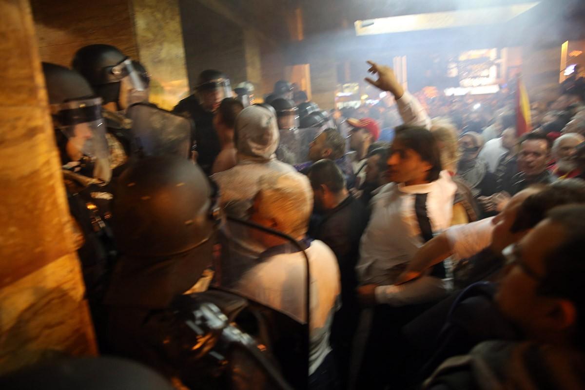 Откако насилно упаднаа во Собрание  За заедничка Македонија  вечерва организира мирен протест