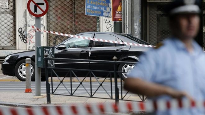 Писмо бомба го повреди екс грчкиот премиер Пападемос