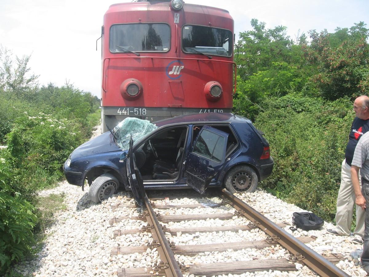 Вистинско чудо  Воз удри во автомобил кај Кадрифаково  возачот без повреди