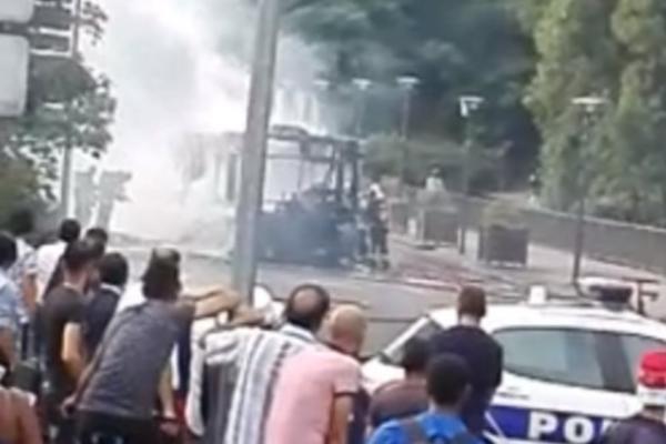 ДРАМА ВО ПАРИЗ  Експлодираше автобус