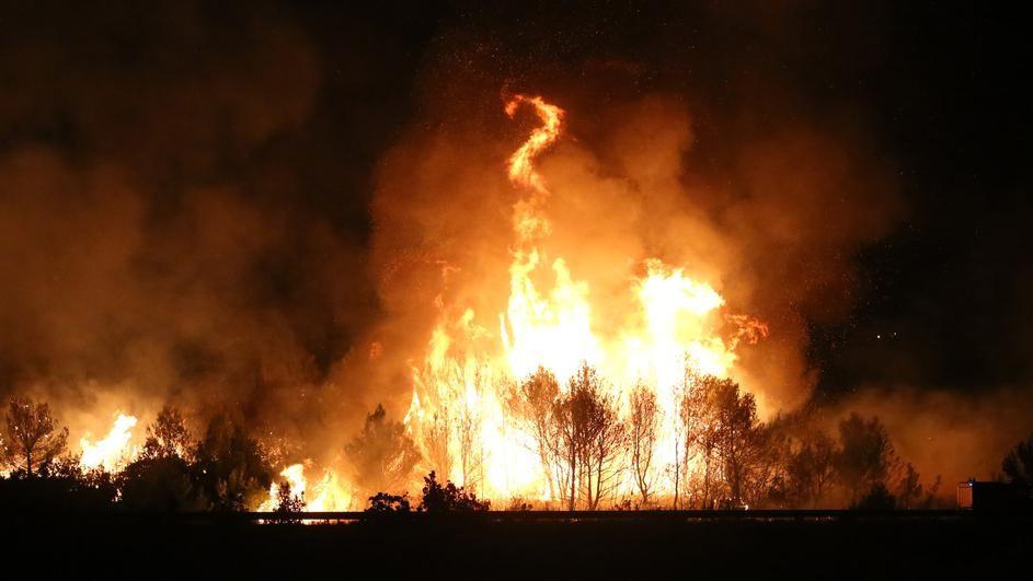 ФОТО ВИДЕО  ХРВАТСКА ГОРИ  Огнот се шири и може да зафати куќи