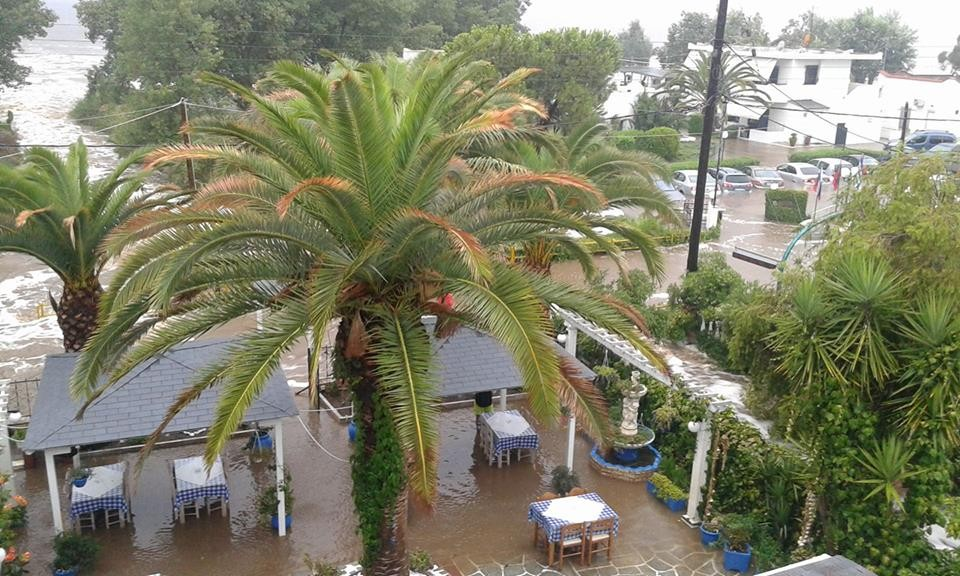 ВИДЕО ФОТО   ЕСЕН ВО ГРЦИЈА   Силен дожд  ветер  поплави 15°C