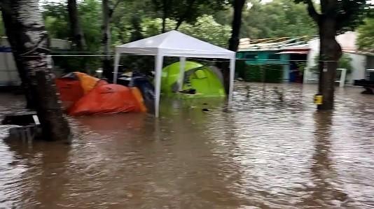 Грција под вода  има и македонски туристи во погодените подрачја