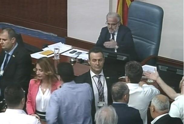 Мал инцидент во Собранието   кој му ја извади картицата на Џафери