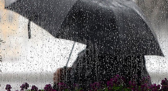Невреме ги зафати делови на Скопје и Охрид со силен ветер и дожд