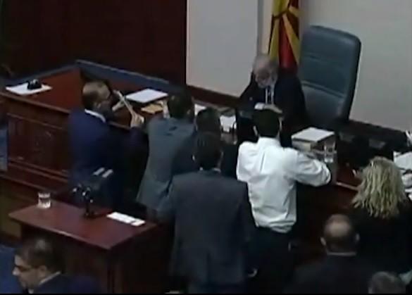Пратениците од ВМРО ДПМНЕ ја окупираа говорницата