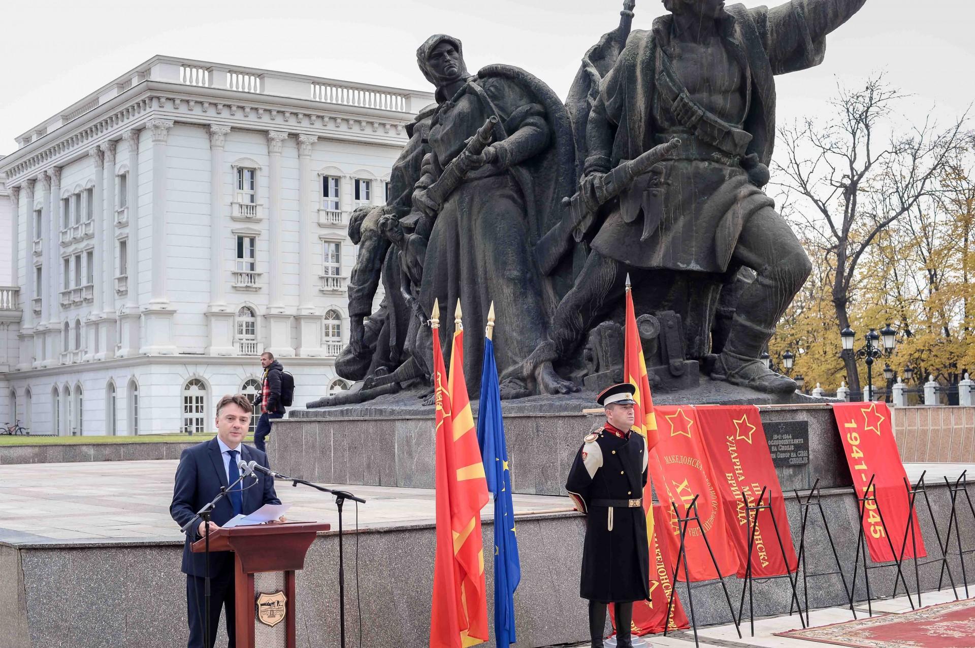Делегација од Владата положи цвеќе пред споменикот на ослободителите на Скопје  по повод 13 ти ноември