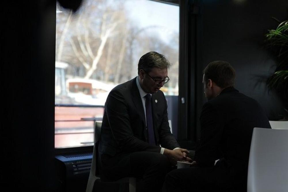 Објавени фотографии од Вучиќ и Макрон   Вака изгледа претседателски состанок очи во очи