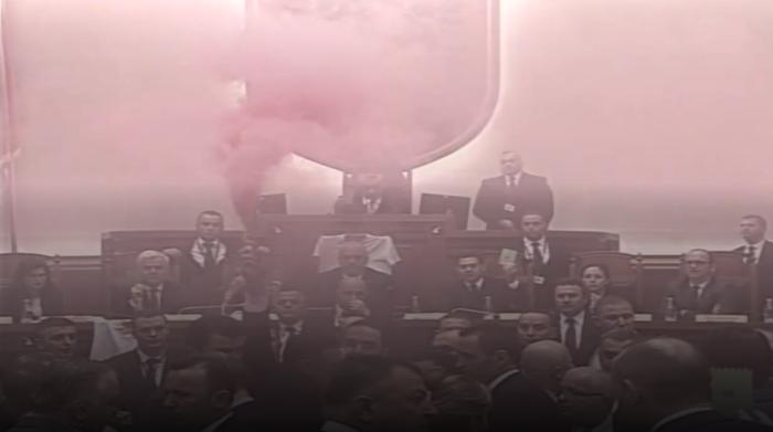 Тепачка во албанското Собрание   фрлени и чадни бомби