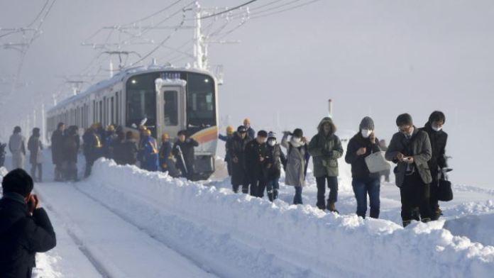 Поради снежно невреме 15 часа поминаа во воз