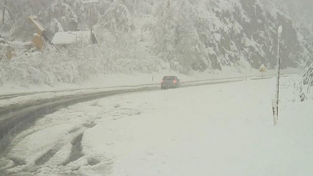 Забрана за сообраќај на некои превои и патни правци поради обилни врнежи од снег