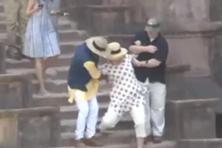 ХИЛАРИ КЛИНТОН ВО ИНДИЈА  Како се спаси да не падне по скали