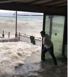 OХРИДСКОТО ЕЗЕРО  ГОЛТА  СЕ ПРЕД СЕБЕ  Кафулињата покрај брегот полни со вода