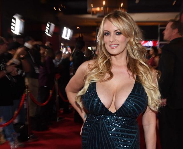 ТРАМП ГО ВОЗВРАЌА УДАРОТ  Еве колку милиони оштета ќе бара од порно актерката