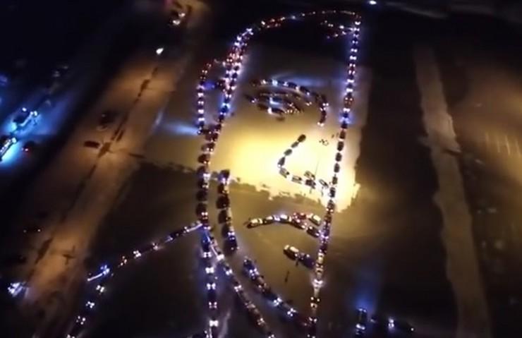 Портрет на Путин направен од светлата на 300 автомобили