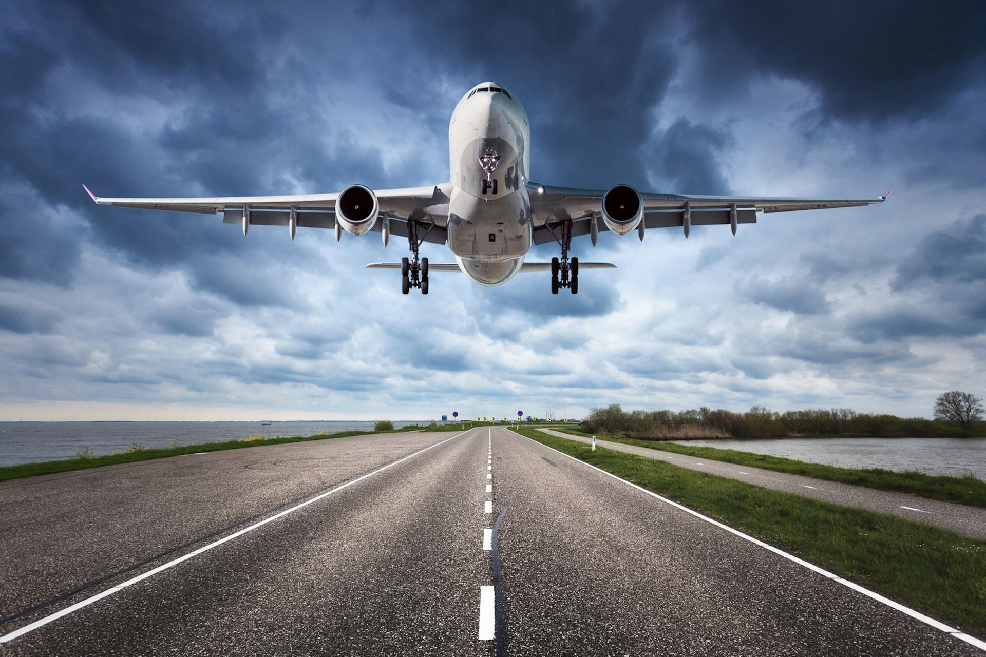 ИЗБЕГНАТА АВИОНСКА ТРАГЕДИЈА ВО СЛОВЕНИЈА: Авион со туристи успешно се вратил на аеродромот откако удрил во птица