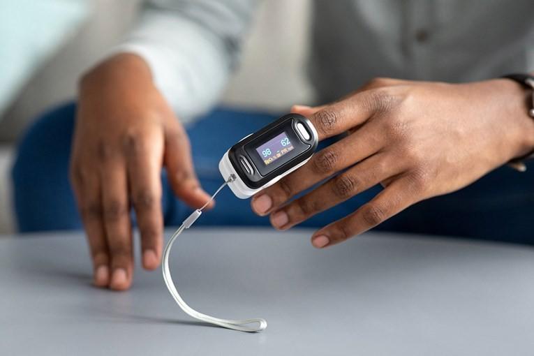 ВНИМАВАЈТЕ: Уредите кои ја мерат сатурацијата на крвта, не се баш прецизни за темна боја на кожата